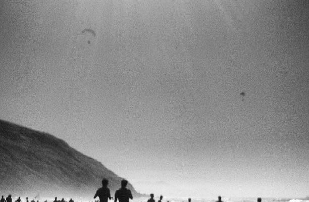 Baño de siluetas #barinatxe #blanconegro #black&white #playa #sol – Instagram