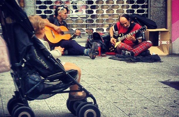 Oraindik ere punkiak ezkerraldean ta umeek haien musika gogoko #punknotdead #Barakaldo #punk #musika #music #callejero #calle #niño #guitarras – Instagram