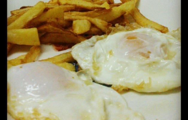 Baserriko arrautzak afaltzeko. Mila esker Juanita! #huevos #fritos #patatas #caserio #cena #manjar #comida #plato # baserria #oiloak #gallinas #menu #gastronomia – Instagram