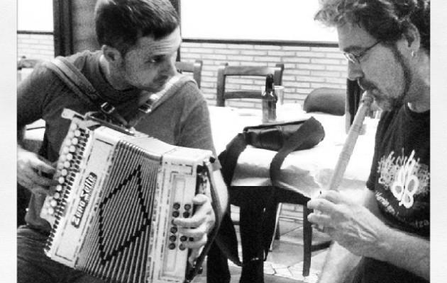 Xabi Aburruzaga eta Aitor Gorostiza afal osteko minikontzertuan #Haladzipo 25 urte #music #concert #euskalkantutegia #cancionerovasco – Instagram