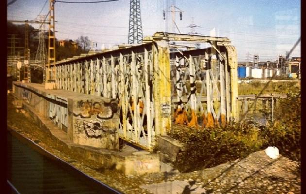 Burdinezko zubia #puente #hierro #Burtzeña #Zorrotza #tren #ventanilla #vías – Instagram