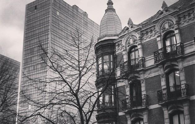 Bilbo berri eta zaharraren kontrasteak #IsozakiAtea #Dorreak #Torres #Towers #PuertaIsozaki #IñakiAurrekoetxea #Bilbao #Bilbo #Bizkaia #arkitektura #arquitectura #architecture #moderno #antiguo #contrastes #blacknwhite #zuribeltza #blancoynegro #leihoak #ventanas #balcones – Instagram