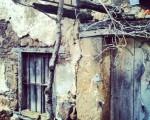 En cualquier rincon la naturaleza se abre paso #detalle # baserria #caserío #Galdames #Enkarterri #Encartaciones #Bizkaia #ventana #lehioa #puerta #atea #balcón #madera – Instagram