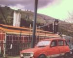 Egunerokotasunean topatutako iraganeko irudia #auto #iragana #pasado #coche #vintage #reliquia #rojo #gorria #red #viejo #zaharra #ventana #window #fábrica #industria #Kastrexana – Instagram