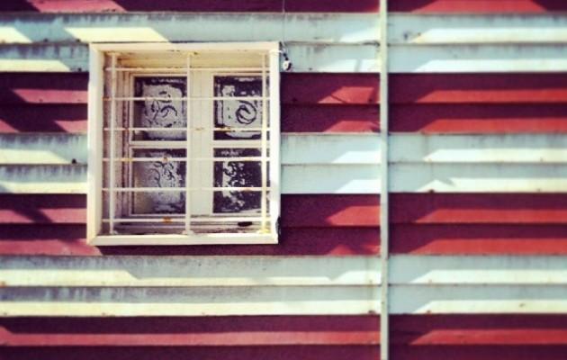 Kresalaz beteriko marrak #leihoa #zurigorri #duotono #rojiblanco #ventana #Muskiz #AbantoZierbena #LaArena #hondartza #playa #beach #window #redwhite #rayas #marrak #hamar #diez #ten #mar #itsasoa #sea #kresala #salitre – Instagram