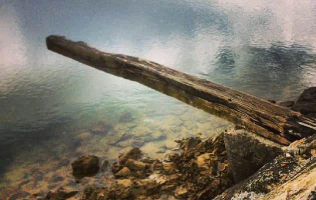 A duras penas sobre el agua #reflejos #Pobeña #ria #mar #madero – Instagram