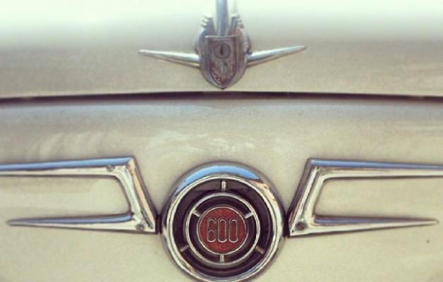 Leyenda viva #600 #seiscientos #auto #coche #car #vintage #leyenda #antigüedad #detalle #frontal #logotipo #simbolo #blanco – Instagram