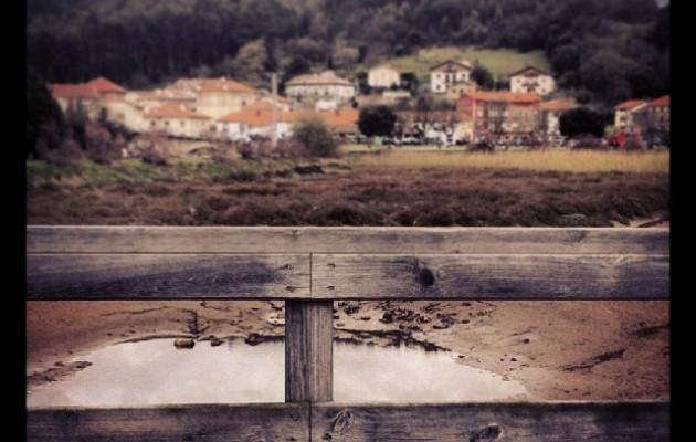 Txikitasunaren edertasuna #ria #erreka #rio #playa #hondartza #Pobeña #hesia #valla #puente #zubia #egurra #madera #herrixka #paisaje – Instagram