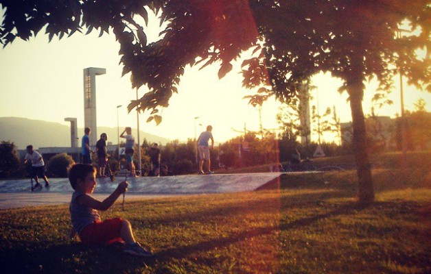 Dentro de #LaCúpula #escudo #fuerza #niñoburbuja #atardecer #parque #patinetes #luz #Barakaldo – Instagram