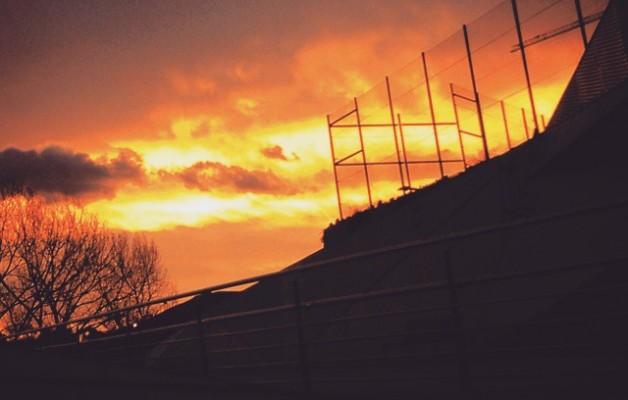 Fuego en el cielo #zerua #cielo #sky #Barakaldo #DesertuBerria #naranja #laranja #Orange #valla #hesia #sombras #itzalak #ramas #zuhaitza #árbol #amanecer #egunsentia #dawn – Instagram