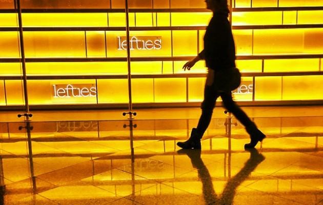 Sigue el #camino de #baldosas amarillas. #sombra #figura #reflejos #amarillo #itzala #disdirak #bidea #oinez #ibiltzen #horia #Magodeoz #Oz #lefties #MaxCenter #Barakaldo #caminando #andar #pasarela #modelo #mujer #emakumea #neska #chica – Instagram