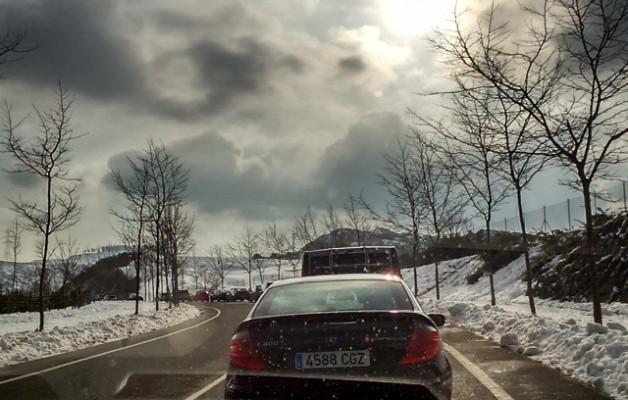 Días de #sol y #nieve  #Zugastieta #LaArboleda #elurramaramara #elurra #negua #invierno #cielo #zerua #nubes #hodeiak #auto  #coche #cristal #árboles #eguzkia – Instagram