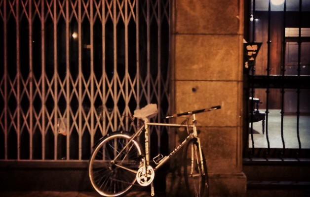 Las bicicletas no solo son para el verano #bizikleta #txirringa #bicicleta #portal #ataria #gaua #noche #luz #argia – Instagram
