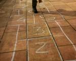 #Tiza y #suelo; y no pasan de #moda estos #juegos! #klariona #zorua #lurra #jolasak #haurra #saltoka #salto – Instagram