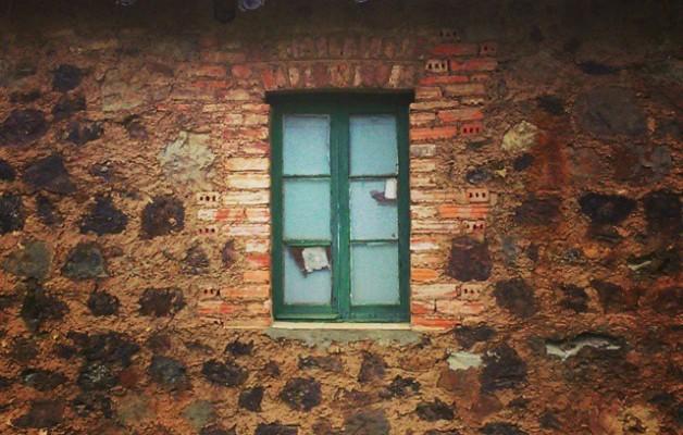 Ventana cerradaperdí tu mirada.Pérdida miradaventana cegada.Mirada cerradaperdí tu ventana.Pérdida ventanamirada cegada.#ventana #Sopuerta #ElCastaño #mirada #tejado #casa #piedra #hierba – Instagram
