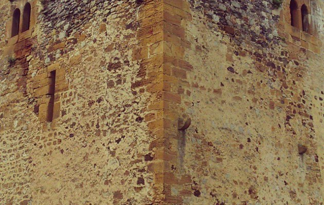 #CastillodeMuñatones #Muskiz #ventana #ojos #cara #pared #piedra #simetría – Instagram