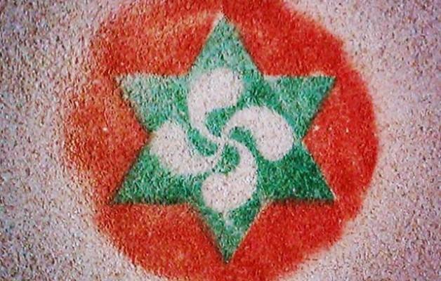 #iconos de un pasado cercano, presente olvidado y futuro incierto #EAEANV #símbolo #verde #rojo #sobreimpresion #plantilla #spray #graffiti #lauburu #estrella6puntas #pared – Instagram