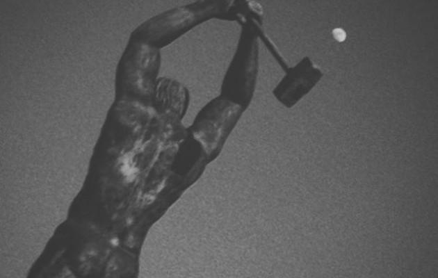 #Ilargia rekin jolasean #estatua #eskultura #escultura #herrikoplaza #Barakaldo #luna #mazo #mailua #contraste #blancoynegro #zuribeltz #monocromo #igersbizkaia #igerseuskadi #igerseuskalherria – Instagram