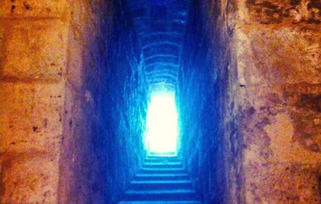 #Ventana #estelar a través del #tiempo #luzazul #contraste #piedra #escalonada #rinconesmágicos #FuentesdeValdepero #CastillodelosSarmiento #Palencia #arquitecturadefensiva #muro – Instagram