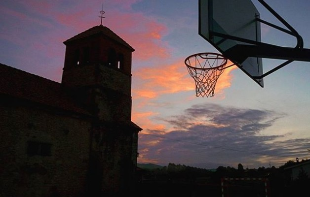 #Atardecer #fútbol #enfamilia#cielo #nubes #canasta #porteria #iglesia #naranja – Instagram