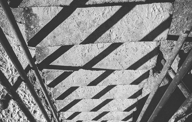 #Pinceladas que te regalan las #sombras#geometrias #lineas #juegos de #lucesysombras #escaleras #eskilarak #argiaketaitzalak #blancoynegro #blacknwhite #zuribeltz – Instagram