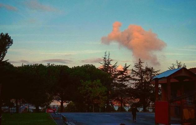 Y buscarte mirando al #cielo entre #amaneceres#egunargitzea #amanecer #zerua #hodeiak #nubes #columpios #umeak #ilargia #luna #Barakaldo@igerseuskadi – Instagram
