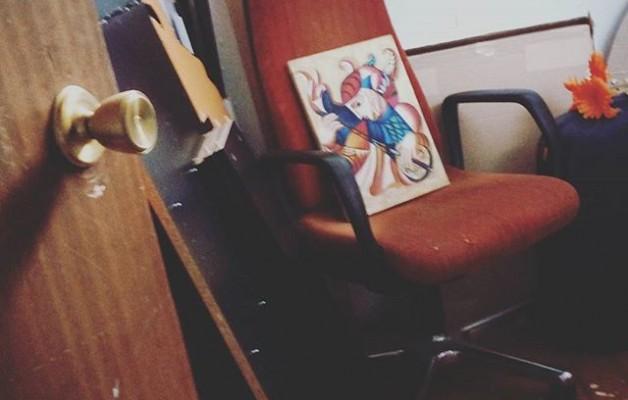 Y al abrir la #puerta… descubrí las #bellezas olvidadas en el #tiempo.Seguían allí, inertes… intentando no perder el aprecio del que gozaron… #arteolvidado #arteacomodado #bodegon #sorpresasescondidas #olvido #arteurbano @instagram @igerseuskadi – Instagram