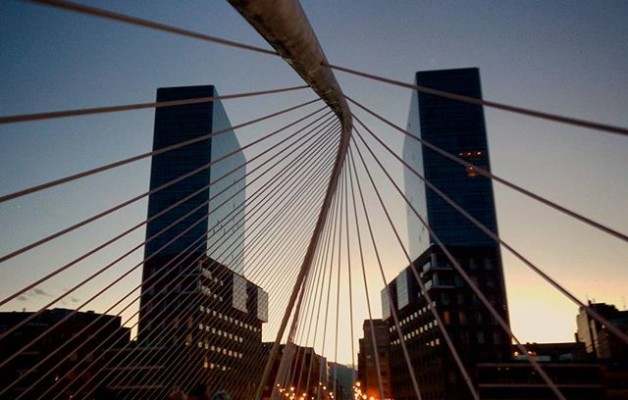 #Fichas de #dominó tamaño #Bilbao@igerseuskadi@igersbilbao @instagram #IsozakiTowers #IsozakiAtea #TorresIsozaki #puertaisozaki #zubizuribridge #zubizuri #Calatrava #puente #ría #itsasadarra #atardecer #otoño #udazkena – Instagram
