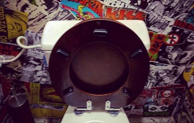 No hay nada como ir al #WC y estar rodeado de #música, jejeje!#15000hops #rinconesdeBarakaldo #taberna #Barakaldo #baño #musika #komunak #konketa@igerseuskadi @instagram – Instagram