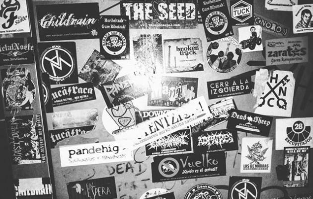 #Incursión a los #bajosfondos del #Barakaldo #rockero #taberna #bar #Edaska #taska #rocknroll #puerta #exit #WC #pegatinas #diseño – Instagram