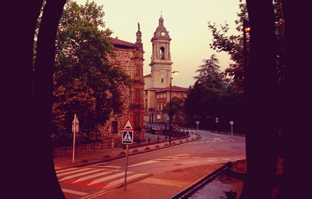#Oñati #unibertsitatea #universidad #eliza #iglesia #EuskalHerria #Gipuzkoa #leihoa #ventana #locomotora #atardecer #trena @igerseuskadi – Instagram