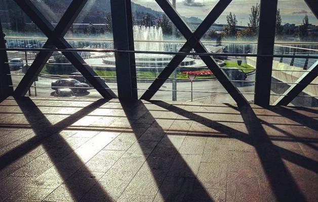 #XIX #Barakaldo #MaxOcio #yelmocineplex #atardecer #ventanal #fuente #lucesysombras – Instagram
