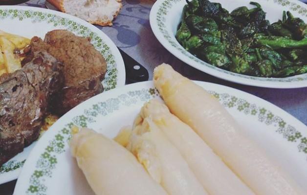 Ni restaurantes ni ná! Ayer #comida de #lujo para celebrar el cumple! Así, da gusto hacer los treintaytodos #tomatesdelabel #cebollaroja #patatas de #VillasanadeMena #solomillodeCastilla #esparragosdeNavarra #pimientos de #Muskiz #VinoLan … #familia #cumpleaños – Instagram