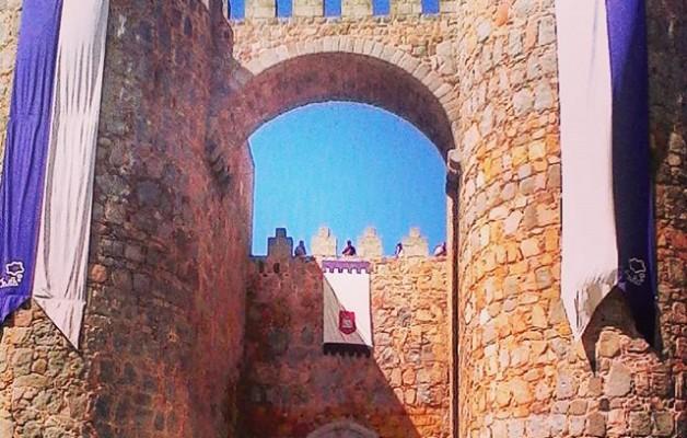 Abre la #muralla! #toc-toc! Quién es?#FeriaMedieval #ávila #puerta – Instagram