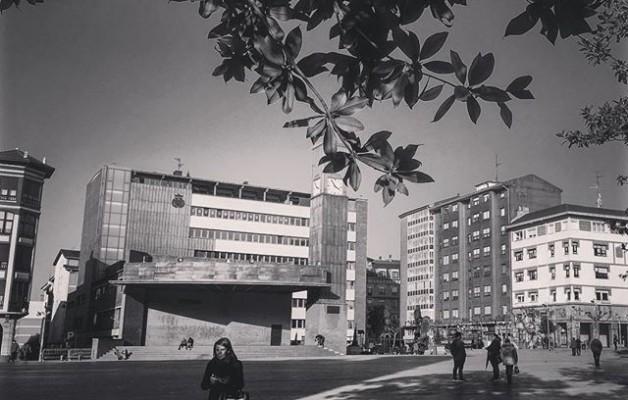 #herrikoplaza #udaletxea #barakaldo #ayuntamiento @igerseuskadi @igerrak @igersbilbao #streetphotography #blackandwhite #zuribeltza #blancoynegro – Instagram