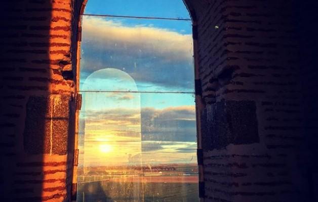 #atardeceresdesdeloalto #avistadepajaro #campanario #mamblas #avila @avilaautentica @igers @instagrames #ventanal #ventana #lucesdeprimavera #reflejos – Instagram