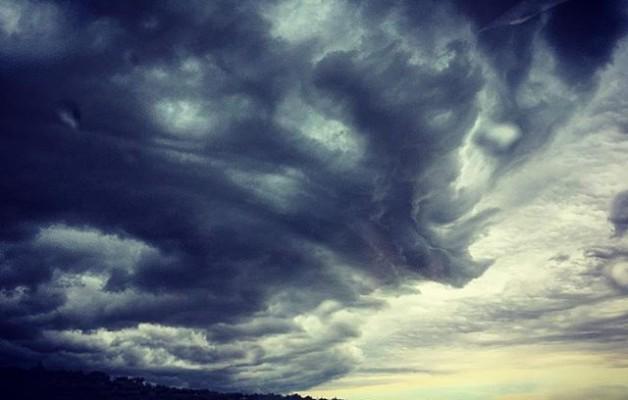 #alguienseestacabreando #zeruahaserre #hodeiak #ekaitza #tormenta #tirig #cielo #portutatis #iluntasuna #argitasuna @igers @instagrames @instagram @igerscastello – Instagram
