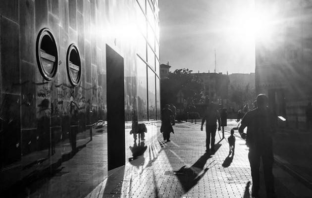 #udazkenekoargiak #itzalak #herrikoplaza #barakaldo #pertsonak #eguzkia @igerseuskadi @igerrak @barakaigers #ibiltzen #arkitektura #streetphotography #disdira #photoblackwhite #blackandwhitephotography – Instagram
